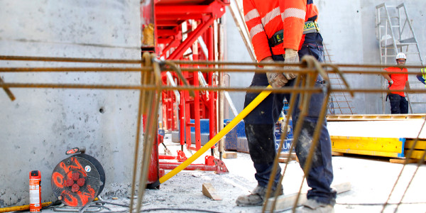 How to prevent the risk of backache due to moving heavy loads on a construction site ?